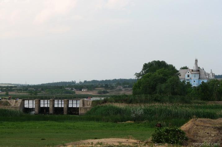 Вид на плотину и дворец Куриса