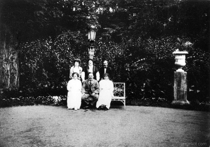 Александрия. Семья Радзивиллов в парке ок 1916.